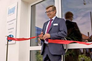 """Peter Fischer, Leiter der Bodensparte bei Knauf, eröffnete feierlich das neue Ausstellungszentrum """"Knauf Bodenwelten"""" am Standort Satteldorf"""