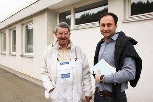 Das überzeugt den Fachhandwerker: Paul Alfred Schilling (links) inspiziert eine von seinem Vater Alfred im Jahr 1967 gedämmte Fassade, rechts Sto-Verkaufsberater Michael Kopf