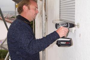 Malermeister Tobias Gmeiner aus Ellenberg testete den Akku-Bohrschrauber von Panasonic und drehte damit unter anderem Tellerdübel für die Sanierung in ein bestehendes WDV-System ein<br />