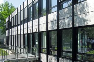Das Erscheinungsbild des von einer typischen 1970er-Jahre  Aluminium-Glas-Fassade geprägten Berliner Bittelhauses blieb trotz energetischer Sanierung erhalten<br />