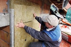 In den vorgefertigten Fassadenelementen steckten bereits die Befestigungsanker für den Dämmstoff<br />