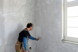 <br />In einem ersten Arbeitsschritt bereiteten die Handwerker die Wand für die Innendämmung vor, indem sie diese säuberten, von Rissen und Unebenheiten befreiten und mit Rikombi Grund grundierten<br />