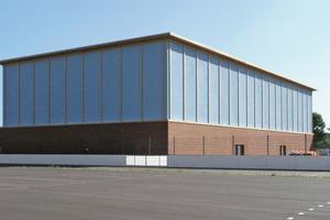 Von außen präsentiert sich die aus Holz und Stahlbeton erbaute Beachvolleyballhalle des Sportforums Hohenschönhausen sehr schlicht