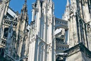 Rechts: Siliconharz-Lasur in Kalkoptik am Kölner Dom nach zehn Jahren StandzeitFotos: Remmers