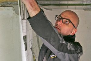 """bauhandwerk-Redakteur Thomas Schwarzmann montiert die Dampfbremsfolie """"Vario XtraSafe"""" mit Klettsystem<span class=""""bildnachweis"""">Foto: Thomas Wieckhorst</span>"""