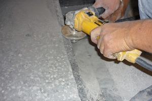 Vor der Ausbesserungwurden die Treppenstufen mit kleinen Handschleifmaschinen mit Diamantschleifscheiben gereinigt<br />