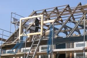 Einbau einer der großen Gauben in das Satteldach