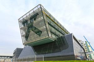 Die Raiffeisenlandesbank (RLB) in Graz-Raaba nach Plänen des Grazer Architekturbüros Strohecker ZT erhebt sich aus der flachen Landschaft