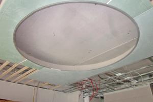 Auch geschwungene und runde Formen führten die Handwerker mit den LED-Profilelementen aus, wie etwa eine große, kreisrunde Lichtvoute im Erdgeschoss