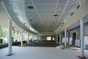 Montage der Deckenkonstruktion auf der Baustelle mit den Aussparungen für Lichtelemente<br />Fotos (2): Szyszkowitz-Kowalski+Partner ZT