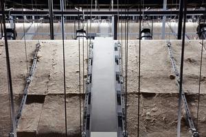 Nach Fertigstellung unterstützen auch die auf der Rückseite der Deckensegel verlegten Mineralwollmatten die Akustik und Schallabsorption<br />