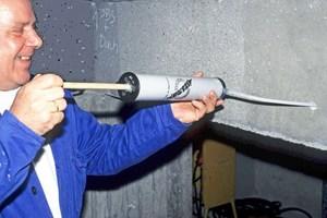 Ausblasen des Bohrkanals mit LuftpumpeFotos: Manfred Schröder