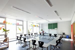 Links: Schallabsorbierende Rigiton-Lochplatten sorgen auch in den Klassenräumen für eine angenehme Akustik<br />