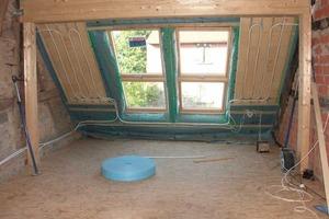 Trockenbauplatten mit eingeklemmten Heizschläuchen lassen sich auch unter Dachschrägen montieren<br />