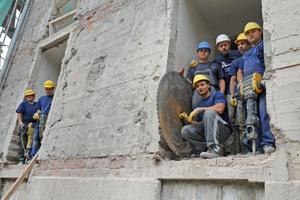 Die Fensterbrüstungen schnitten die Mitarbeiter der Abbruchtechnik Unna GmbH in den Obergeschossen des Bunkers heraus