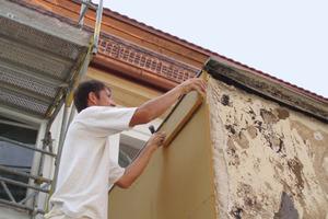 Die 40 mm dicken Putzträgerplatten aus Holzfasern wurden auf das vorhandene Mauerwerk geschraubt<br />