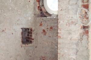 Eines der beiden Fenster am Eingang: Die Rohbaulaibungen wurden mit einer Schablone kreisrund geputzt und umlaufend mit etwa 3 cm schmalen Streifen der TecTem Laibungsplatte gedämmt<br />Foto: Böhm Trockenbau<br />