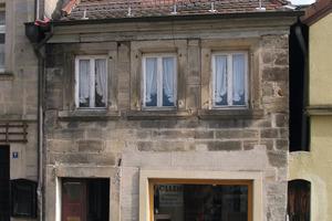Von außen in einem noch vergleichsweise guten Zustand (linkes Bild),<br />offenbart sich im Inneren des im 17. Jahrhundert in Kronach erbauten Hauses, was 15 Jahre ohne Nutzung und 30 Jahre ohne Unterhalt angerichtet haben (rechtes Bild)<br />