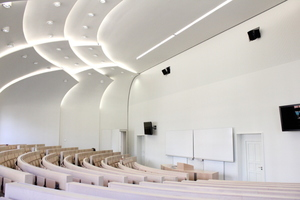 Der Hörsaal mit Schuppendecke nach Abschluss der Bauarbeiten: Umlaufend wurden rund 250 m<sup>2</sup> akustisch wirksame Wandvorsatzschalen aus schallreflektierenden Bauplatten RB und schallabsorbierenden Rigiton Air-Lochplatten errichtet<br />Foto: Saint-Gobain Rigips