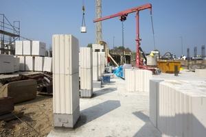 Für die tragenden Wände der Unternehmenszentrale kamen großformatige Kalksandsteine von Silka zum Einsatz<br />
