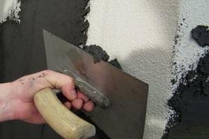Der Kratzputz wird in einer Schichtdicke von mindestens 4 mm auf den vorbereiteten Untergrund aufgezogen
