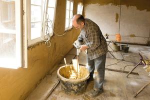 Anmischen des Lehmklebemörtels mit dem Handrührwerk