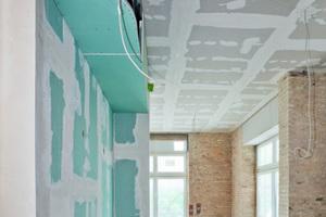 Die für die Haustechnik erforderlichen Rohre und Leitungen sind unter anderem in Auskofferungen unter der Decke verschwunden