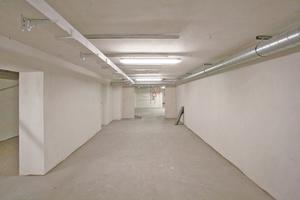 Rechts: Fertiggestellter Teilabschnitt (Wand- und Deckenflächen) vor dem abschließenden Neuaufbau des Bodens
