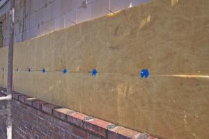 Rechts: Direkt vor der Dämmschicht wird das Außenmauerwerk aus Klinker errichtet