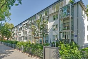 """Energetisch saniertes Gebäude in der Münchner Prinzenstraße. Auf der Südseite wurden Balkone energetisch getrennt vor die Fassade gestellt<span class=""""bildnachweis"""">Foto: Guggenbichler+Netzer Architekten / Philipp Herbster</span>"""