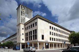 Denkmalgeschützte Nachkriegsarchitektur: Das Rathaus von Saarlouis konnte aufgrund seiner Fassade aus Jurakalkplatten nur von innen gedämmt werden<br />