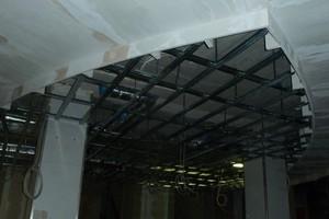 Geschwungene Deckenelemente prägen als Gestaltungsidee auch das Raumgefüge im Foyer<br />Fotos (2): TM Ausbau
