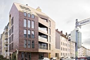 Der Neubau vermittelt städtebaulich zwischen den Traufhöhen der angrenzenden Straßenzüge und nimmt bestehende Linien auf