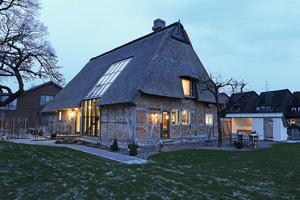 Die alte Fachwerkkate bauten die Handwerker auseinander und stellten sie vor einem innen errichteten, hoch wärmegedämmten Holzhaus wieder auf<br />Fotos (2): Sentinel Haus Institut / Nikolaus Herrmann<br />