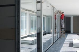 Transparente Trennwände mit raumhohen Glaselementen lassen sich ohne Materialverlust montieren und demontieren