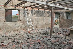 Das alte Dach wurde abgedeckt und die alten Stahlträger des Stalls zurückgebaut