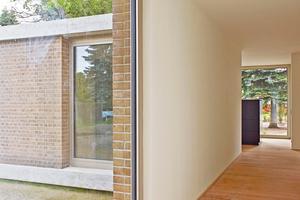 Rechts: An den Fenstereinschnitten kann man den filigranen Wandaufbau erkennen