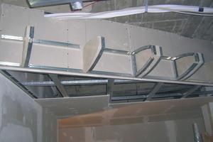 Die Unterkonstruktion für die Rundungen der nachgebildeten Tragflächen wurde mit maßgefertigten Formteilen aus Rigidur H-Gipsfaserplatten erstellt<br />
