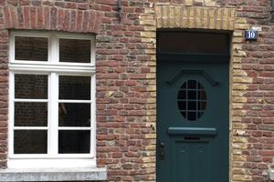 Großaufnahme der Haustür mit deutlich sichtbarer Biegung der Hauswand