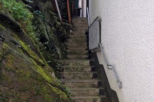 Das Fachwerkhaus wurde auf zwei Geschosshöhen rückseitig gegen den Fels errichtet; eine herkömmliche Bauwerksabdichtung war unmöglich<br />