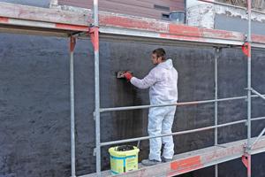 Kunststoffmodifizierte Bitumendickbeschichtungen haben sich bei der Abdichtung erdberührter Wand- und Bodenflächen bewährt. Künftig finden sich auch diese Abdichtungsstoffe in der dreiteiligen DIN 18533 Foto: Saint-Gobain Weber