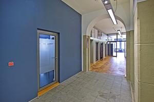 Die Akzentwand in jeder Etage (hier blau) korrespondiert farblich mit den Flächen im Treppenhaus und ...<br />