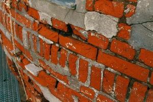 Bedenkliche Materialwahl: Diese Klinkerwand zeigt die typischen Schäden bei falscher Zementverfugung<br />Fotos: Hans Jürgen Ronicke<br /><br /><br /><br />
