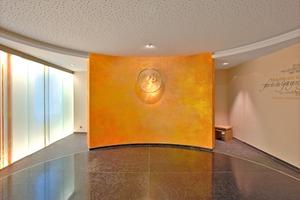 Die Fensterseite des Andachtsraums im Maria-Ward-Haus ist mit verschiebbaren Glasscheiben der Glaskünstler Katrin Engel-Meyer und Bernd Engel bestückt. Zwei gegenüberliegende Wände wurden – wie die Wandscheibe in der Bildmitte – von Künstlerin Anita Rist-Geiger gestaltet<br />