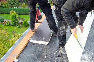 Das Dach wurde zur Traufe hin denkmalgerecht mit Keilen gedämmt<br />