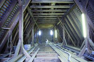 Ungewöhnlicher Arbeitsplatz: Der Dachstuhl der Pfarrkirche St. Gallus in Gallneukirchen<br />Daneben: Vom Dachstuhl aus wurden die Kreuzrippengewölbe der Kirche mit Zellulose gedämmt