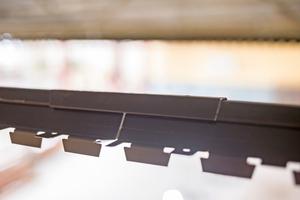 Die Trageschienen werden auf der Oberseite miteinander verbunden. Unten werden die Paneele eingehängt