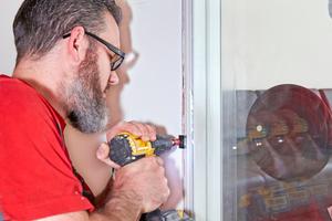 "Mit speziellen Montageclips wird das ""FireWin""-Fenster direkt an den Trockenbauprofilen befestigt <span class=""bildnachweis"">Fotos: Sigi Lustenberger / Knauf </span>"