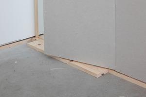 Eine halbe Feder wird als Montagehilfe für das abschließende Wandelement verwendet<br />