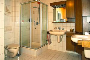 Ein in die Jahre gekommenes Badezimmer aus den 1980er Jahren